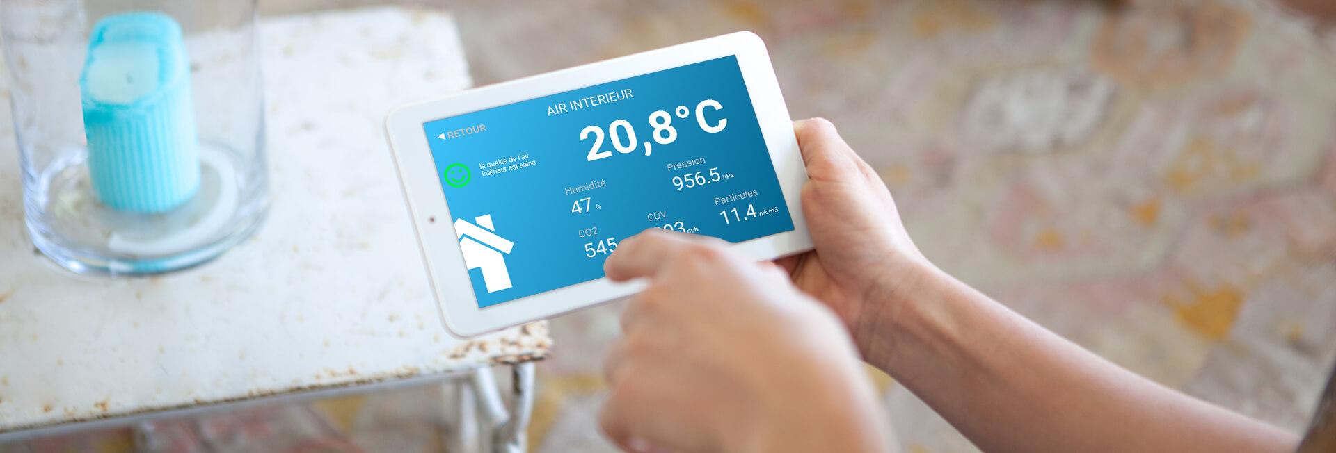 Tablette avec le taux d'humidité dans la maison